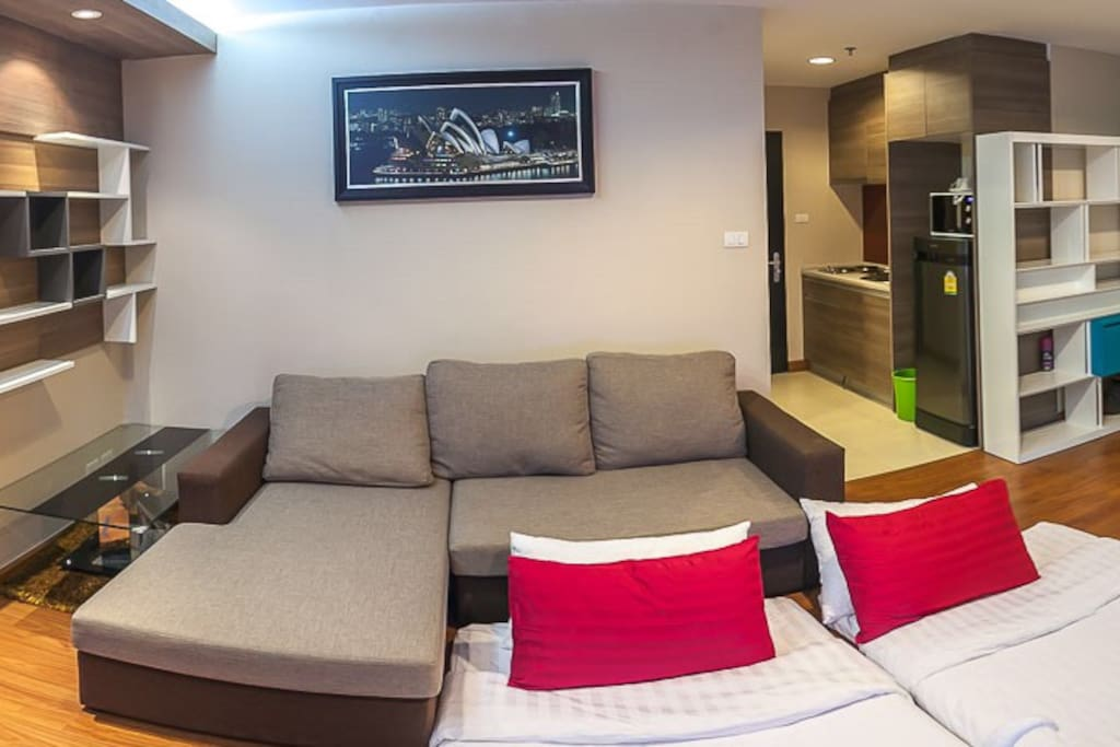 The room is just perfect for 4 people and very convenient to go anywhere. Just 5 minutes walk to MRT or take shuttle bus 3 minutes