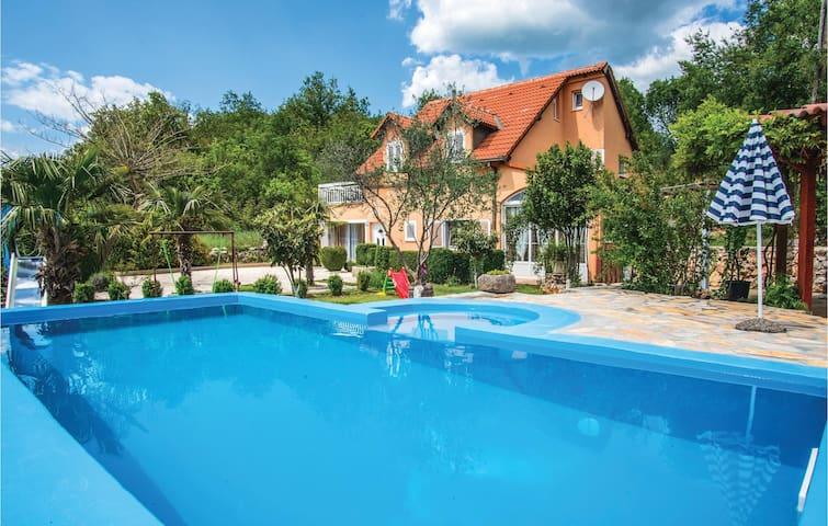 Holiday cottage with 5 bedrooms on 154 m² in Zmijavci
