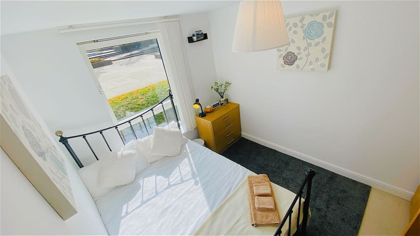 Double Room 9mins to Gatwick with Private Bathroom