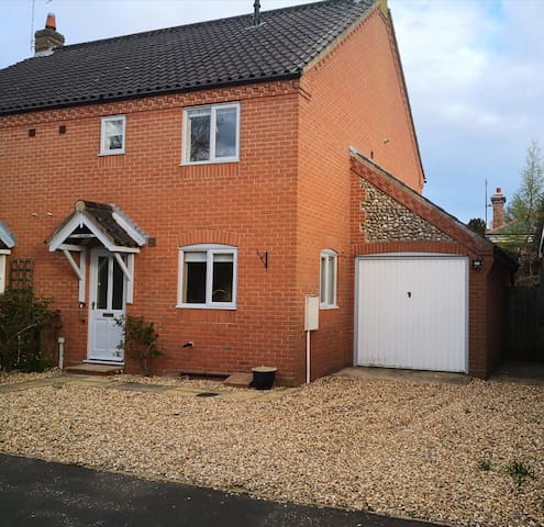 Lovely town house in centre of Holt with parking