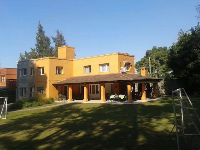 Casa amplia e iluminada en barrio privado