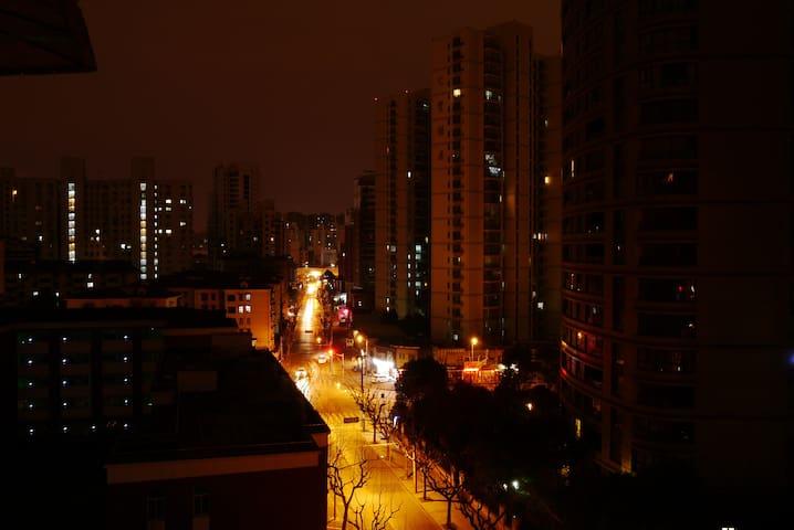 有超棒夜景小阳台的20平大卧室 闹中取静的虹桥400弄小区 - Shanghai