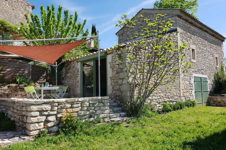 Charming gîte with private swimming pool, terrace and garden in the Gard for 4 people