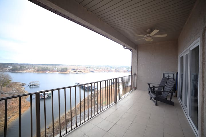 UPDATED Condo on Beautiful Smith Lake