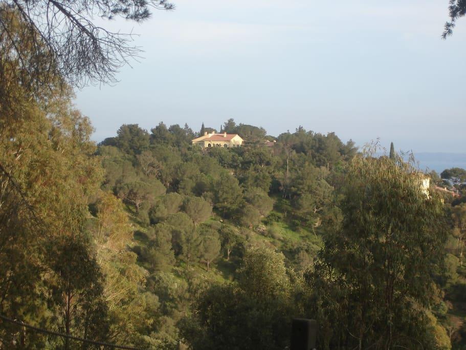 La maison sur sa colline vu du parc du village de Bormes