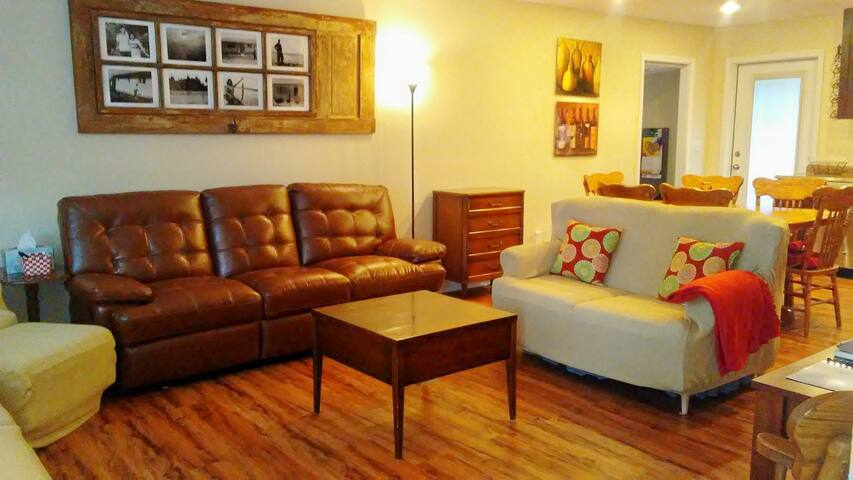 Elm Home - Recently Remodeled Sleeps 8 to 10 !