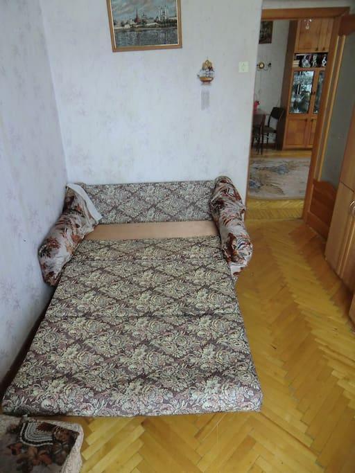Комната для гостей с большим диваном