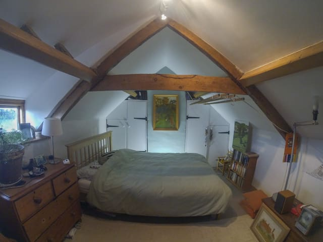 Spacious attic room in cottage on Cotswold Way - Wotton-under-Edge - บ้าน
