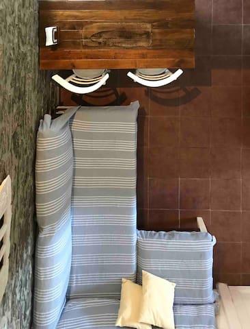 Μικρό σαλόνι με γωνιακό καναπέ-κρεβάτι και τραπεζαρία