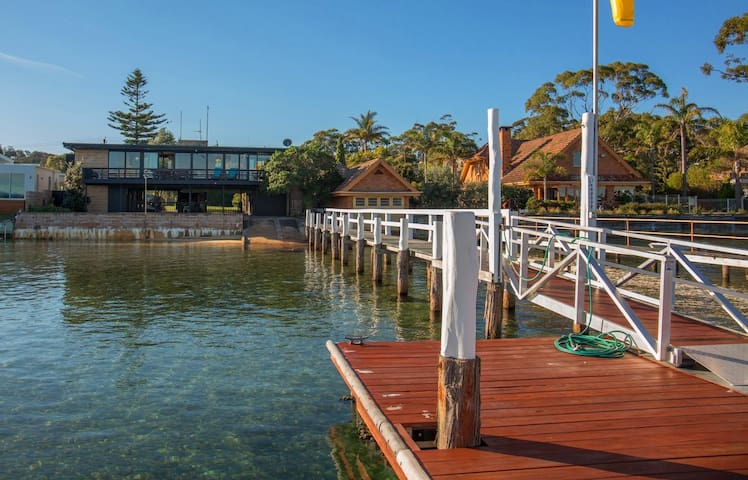 'Southwind' on Main Street - Lake frontage with a jetty