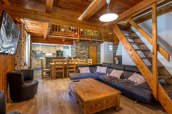 Apartment in a rustic chalet, right in the heart of the old village, close to the slopes