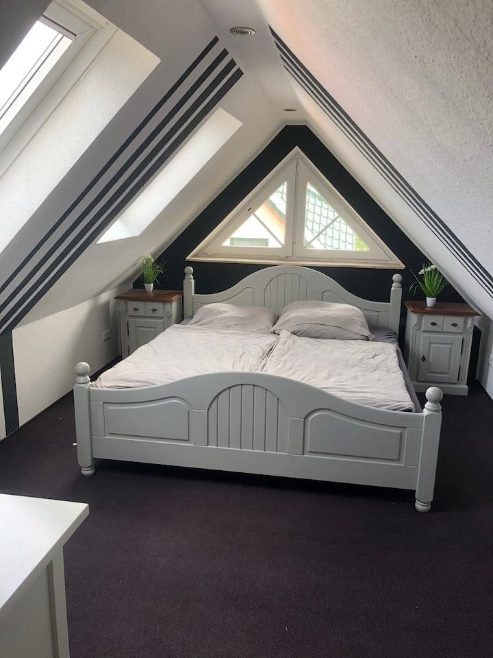 Dachgeschoss-Zimmer im Einfamilienhaus