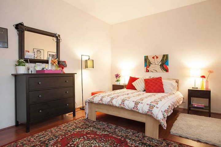 Sunny, Spacious Private Bedroom
