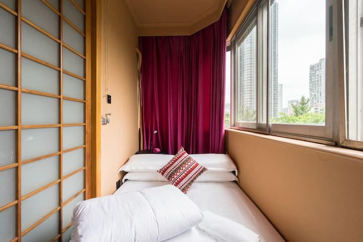 卧室4:1.5米双人床!请注意:这是卧室1外面的套间