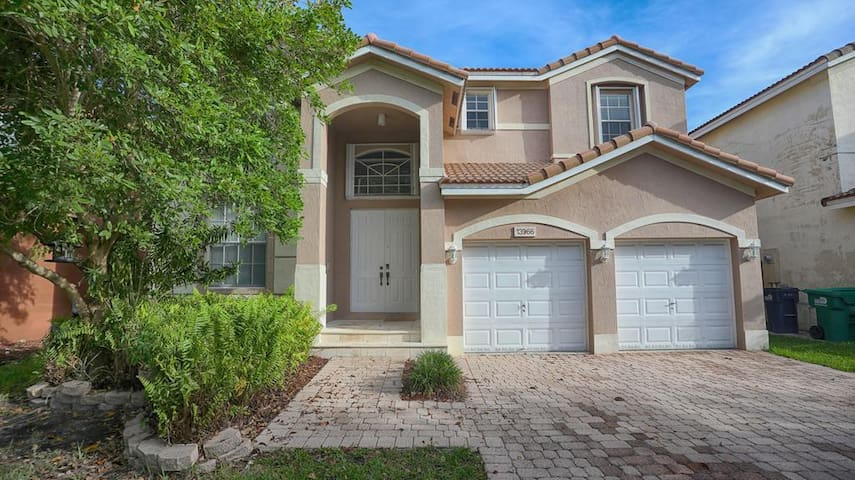 Spacious Miami home, 3.5 miles from the Expressway