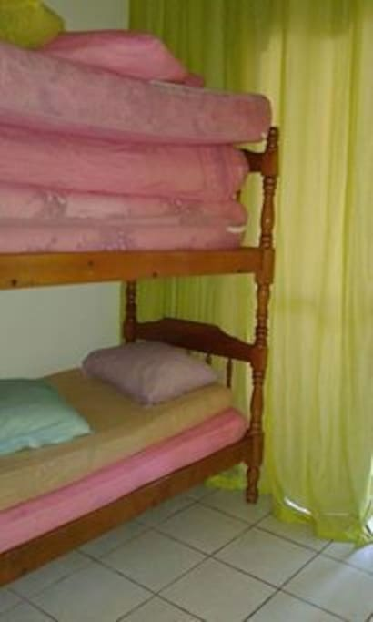 quarto 2 com beliche e colchoes