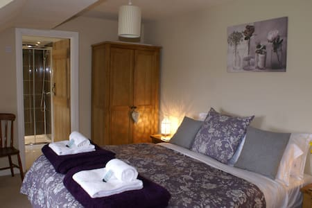 King size room with ensuite close to city centre. - Oxford - Pousada