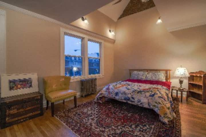 Sweet Master Suite w/Private Bath in NW Row Home
