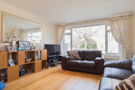 A single room in a modern clean house - Bromley - Hus