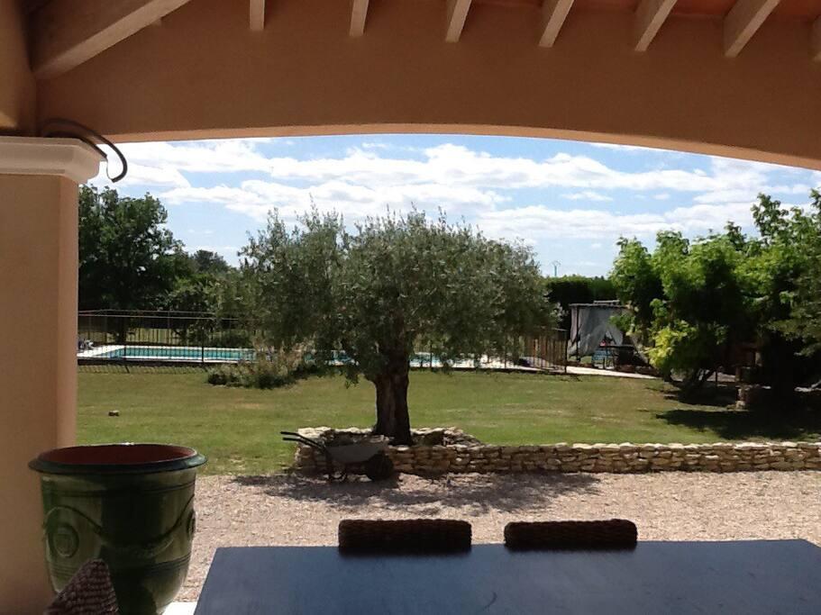 terrasse couverte de 30m2 vue sur parc et piscine