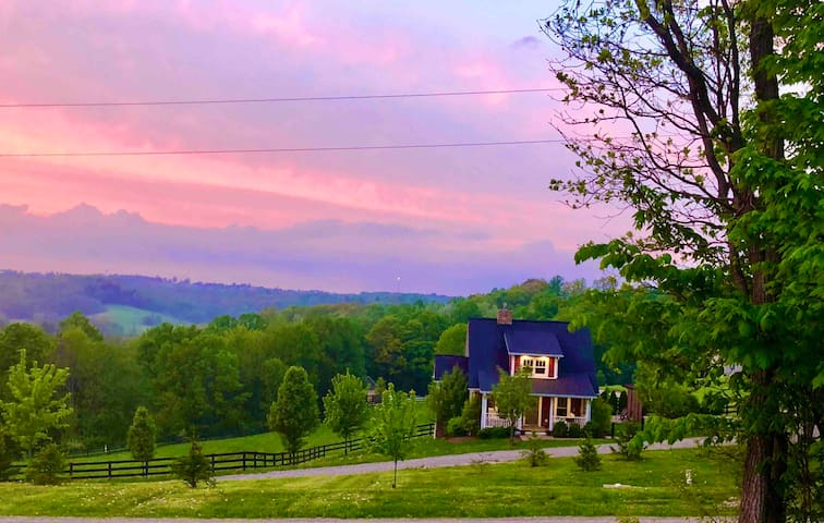 Romantic Farmhouse Cottage w/scenic views. #clean!