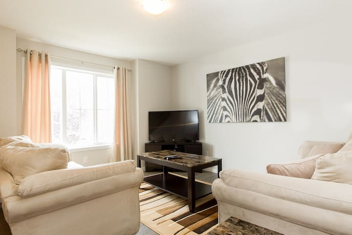 Modern & Quiet 3 bedroom Home - Edmonton