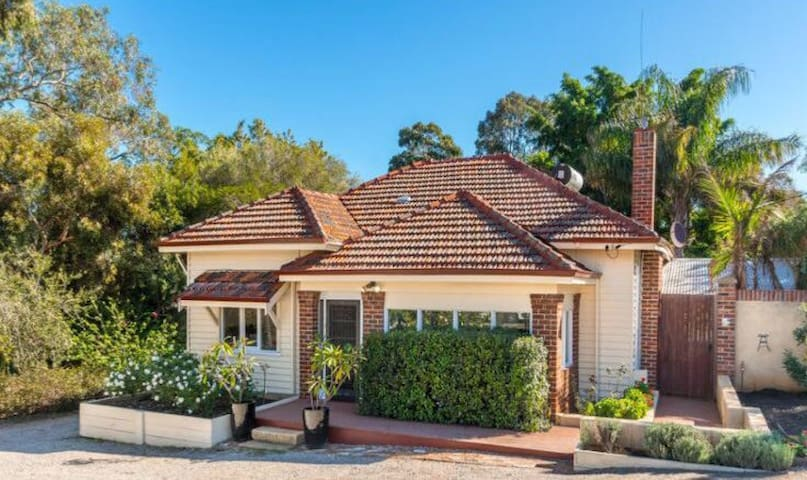 Charming Hills 1920s Cottage - Greenmount