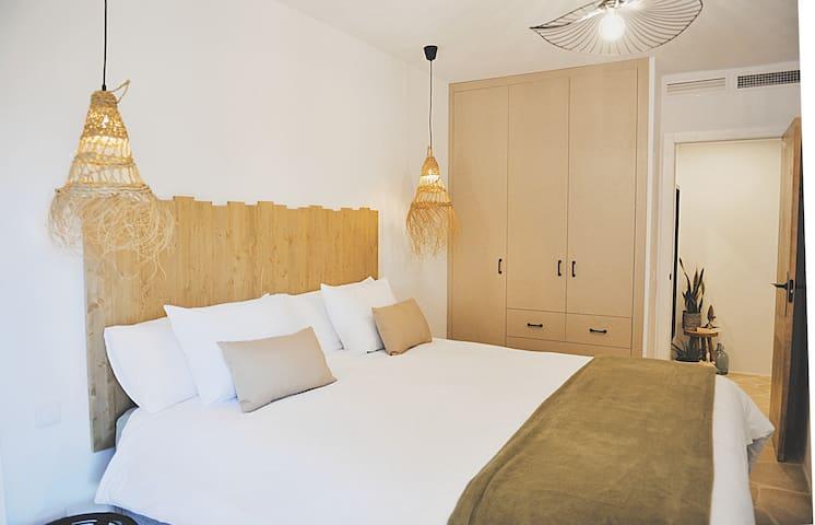 De bedden zijn boxsprings met heerlijke, dikke matrassen en 2 modellen hoofdkussens (hard en zacht) De kamers hebben airco, rolluiken, muggenramen en verwarming