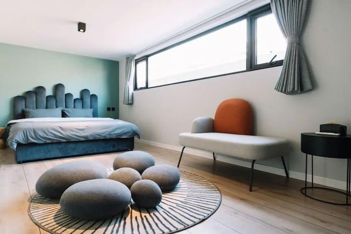 卧室床品一客一换,保证干净,有空调,夏天提供驱蚊液,很安静。