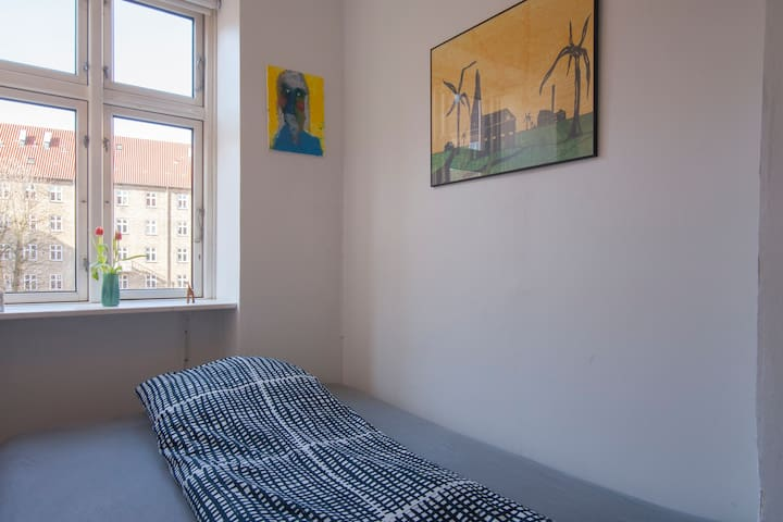 Room with small privat bathroom - Kopenhagen