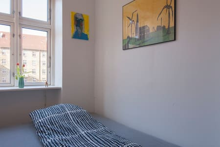 Room with small privat bathroom - København - Apartment