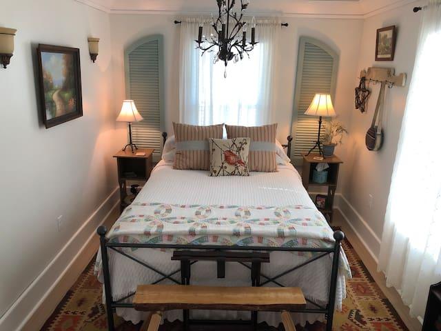 Slumber Room at Sweet Hollow Inn