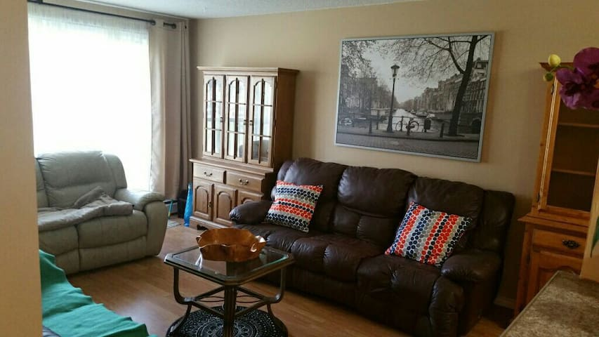 Large  and modern 3 bedroom condo - Edmonton - Appartement