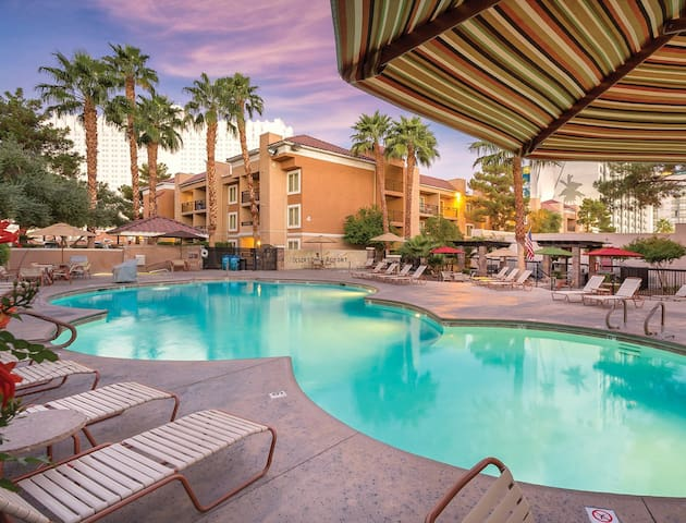 Beautiful 2 Bedroom at Desert Rose Resort near MGM