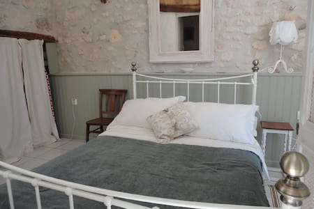 Spacious studio in converted barn - Saint-Palais-de-Phiolin - 獨棟