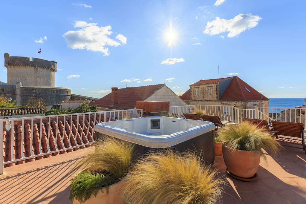 Shared terrace with hot tub and view over Minceta fortress