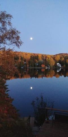 Beau petit chalet au bord d'un lac tranquille.