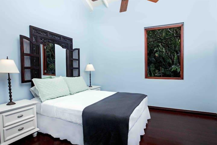 Queen Bedroom - Second floor