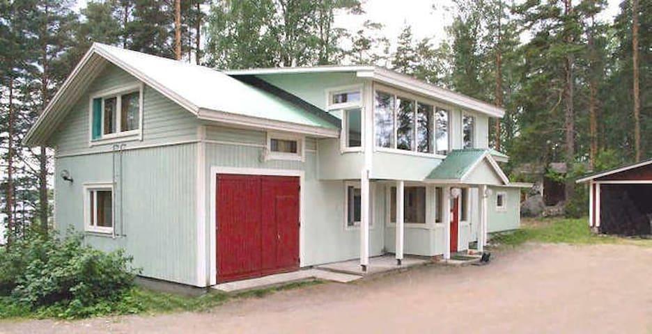Mökki/Huvila Järvimaisemilla ja Rantasaunalla