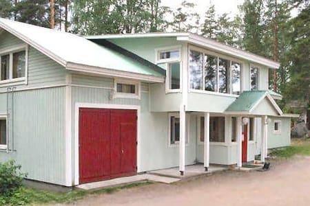 Mökki/Huvila Järvimaisemilla ja Rantasaunalla.