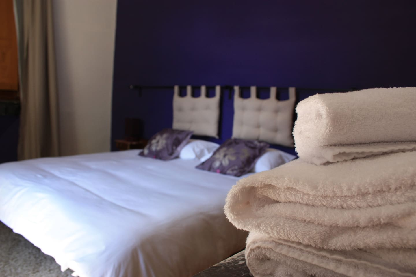 Room 1 King size bed - linen and towels provided
