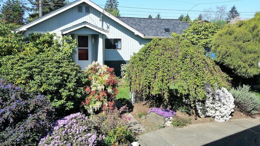 C&L Garden Cottage - West Seattle