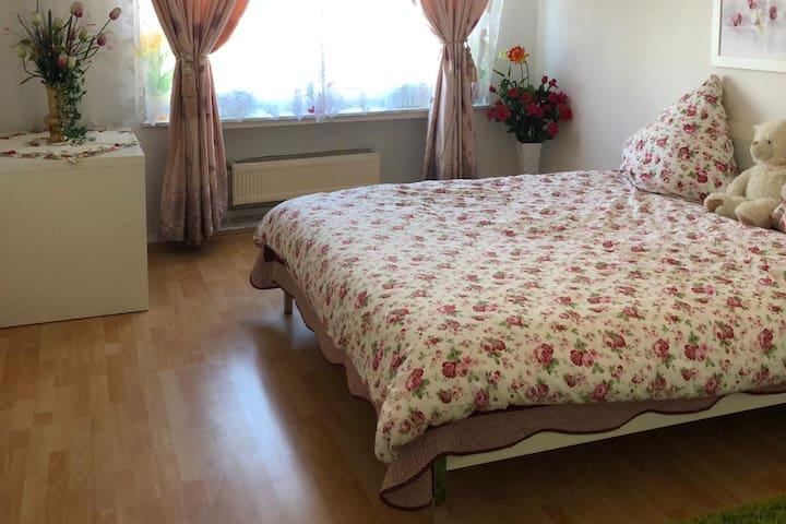 Zweites Schlafzimmer mit privater Dusche