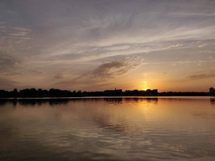 松江大学城泰晤士小镇湖边帐篷房 向阳而起