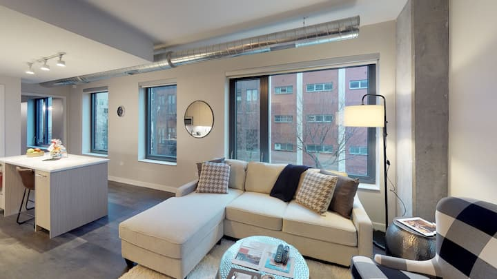 Suite Home 1 bed Apartment West Loop + W/D +Wifi