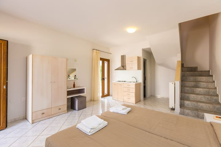 Bedroom with 2 single beds, ensuite bathroom & a kitchenette on the ground floor