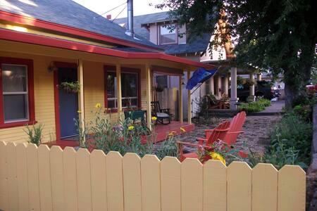 La Casa Amarillo - Susanville