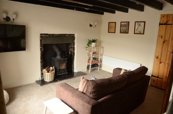 Cottage with woodburner & countryside views