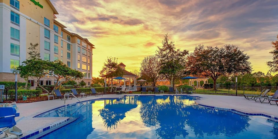 Great Deal! 3 Cozy Units for 12! Pool, Parking