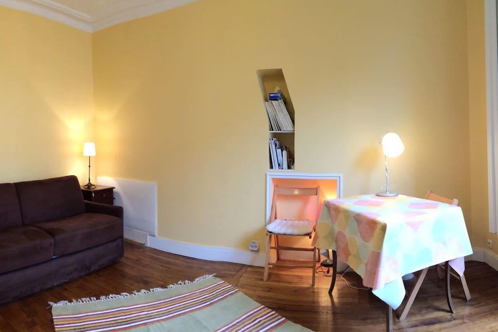 Une chambre à la couleur chaleureuse, haute de plafond, aux meubles chinés